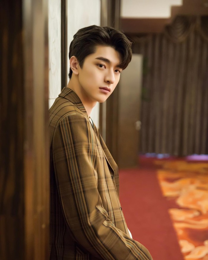 Jika kamu pernah menonton drama 'Put Your Head on My Shoulder', berarti kamu sudah berkenalan dengan Lin Yi. Aktor berusia 22 tahun ini juga dikenal sebagai model. Wajah tampannya membuatmusulit buatberpaling, bukan? /Foto: instagram.com/@iam_linyi