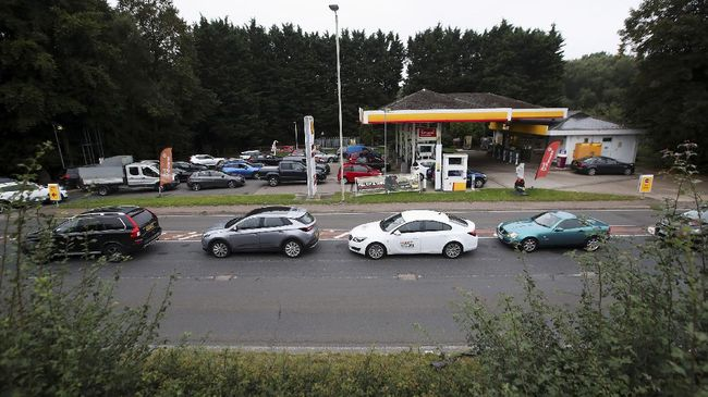Pasokan BBM di sejumlah SPBU di Inggris kosong. Itu terjadi akibat aksi panik beli yang melanda masyarakat negara tersebut.