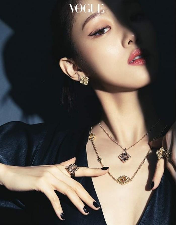 Meski pada berbagai potret yang dirilis ia mengenakan banyak perhiasan sekaligus, penampilannya sama sekali tak terlihat berlebihan. Justru malah membuanya semakin stylish dan menambah kesan glamor./Foto: instagram.com/voguekorea