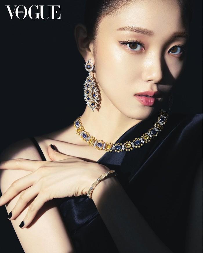 Dalam pemotretan ini, Vogue Korea berkolaborasi dengan Buccellati, sebuah brand aksesori asal Italia. Lee Sung Kyung pun tampil dengan nuansa serba hitam dan rangkaian perhiasan yang berkilau./Foto: instagram.com/voguekorea
