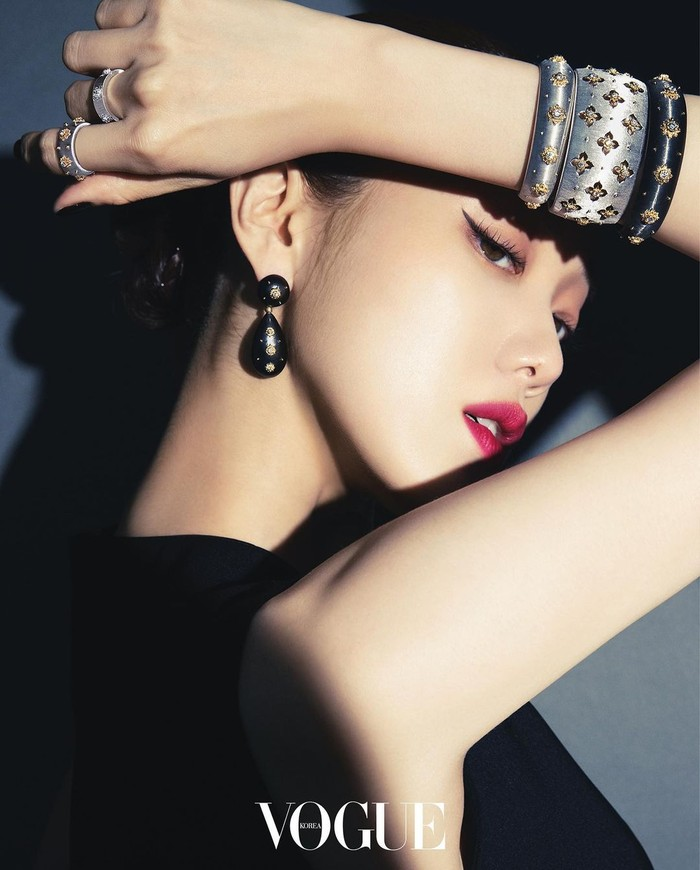 Penampilan aktris yang dikabarkan segera kembali lewat drama berjudul Shooting Star ini, dilengkapi dengan riasan bold yang semakin memancarkan auranya yang kuat. Menawan banget kan, Beauties?/Foto: nstagram.com/voguekorea