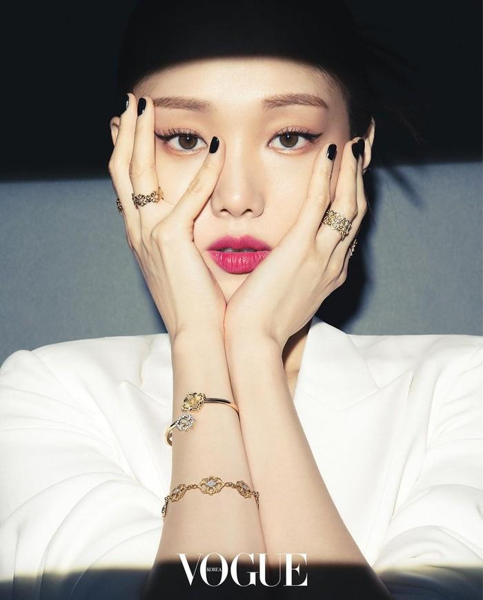 Mengenakan atasan putih tanpa motif disertai latar belakang yang polos, Lee Sung Kyung terlihat elegan dan berkilau. Bikin nggak bosan-bosan melihatnya!/Foto: instagram.com/voguekorea