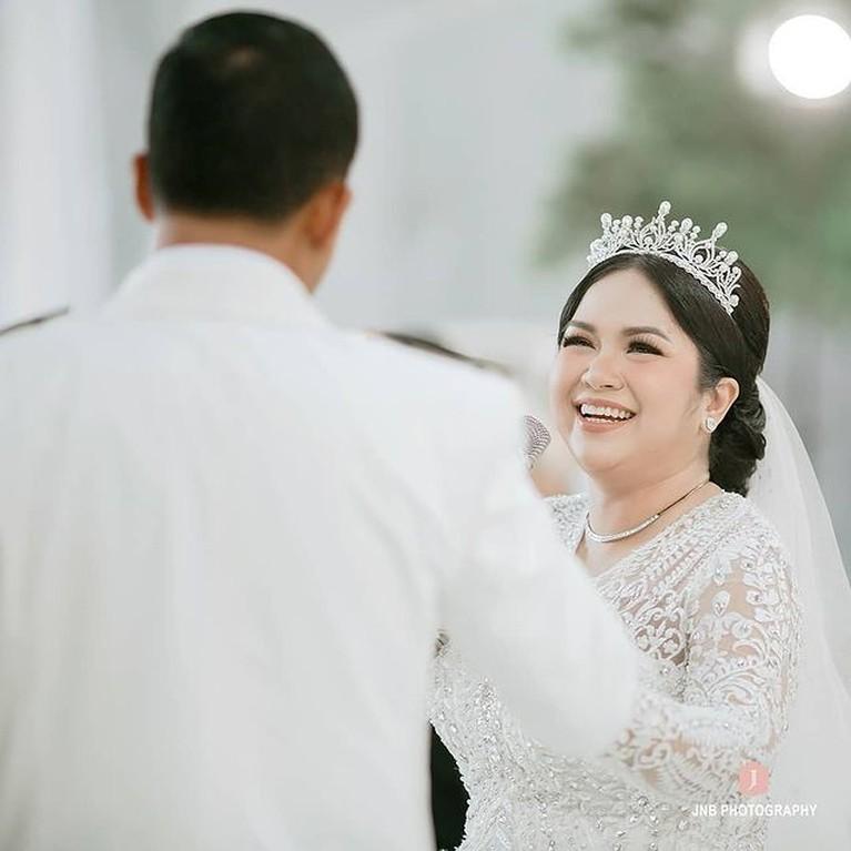 Joy Tobing resmi dipersunting kekasihnya seorang Perwira TNI dan melepas status jandanya. Yuk intip momen sakral pernikahan mereka!