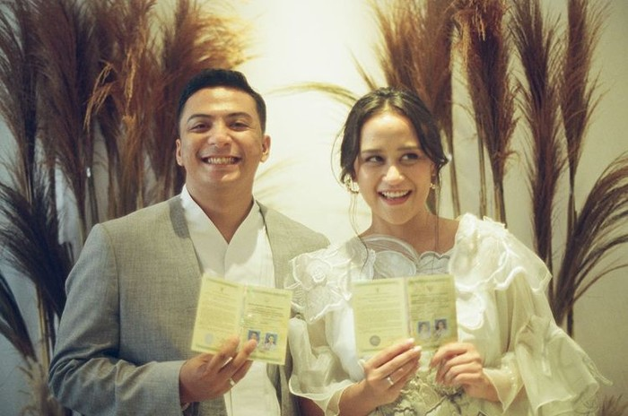 Penyanyi Sal Priadi dan istrinya Sarah Deshita, baru saja merayakan ulang tahun pernikahannya yang pertama. Walau tampaknya pasangan ini menikah secara sederhana namun keduanya tetap terlihat sangat bahagia! / foto : instagram.com/sarahdeshita