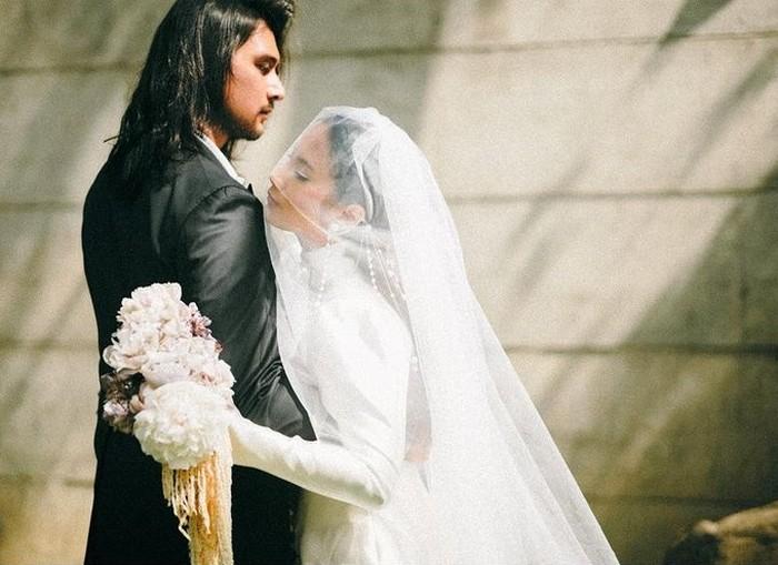 Pernikahan estetik juga jatuh kepada Tara Basro dan Daniel Adnan yang digelar secara tertutup di Wot Batu, Bandung. Foto-foto di Instagram keduanya memperlihatkan keestetikan dan kesakralan pernikahan tersebut. / foto: instagram.com/tarabasro