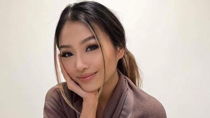 Phoebe Soegiono, merupakan perempuan berdarah Indonesia. Ia dinobatkan sebagaiMiss Earth Australia 2021 dalam acara yang dilangsungkan secara virtual pada akhir pekan lalu, Beauties. Wah, Selamat ya, Phoebe!/Foto: Instagram @phoebesoegiono