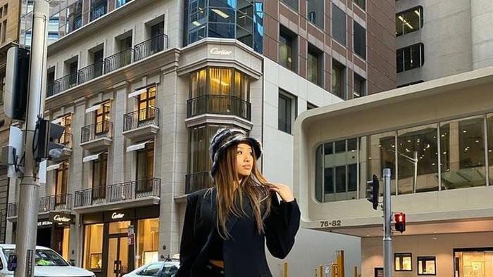Phoebe kini tinggal di Sydney dan bekerja sebagai creative consultant di Harrolds Australia's Luxury Departemen Store. Ia juga diketahui punya pengalaman di bidang public relation. Nggak cuma itu, ia juga bercita-cita melanjutkan studi di bidang digital marketing. Menginspirasi banget ya, Beauties! /Foto: Instagram @phoebesoegiono