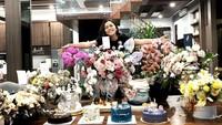"""<p>Tak hanya perayaan di atas kapal, Rachel ungkap bahwa dirinya terus mendapat kejutan kue ulang tahun serta buket bunga. """"Another day, another cake. Thankyou♥,"""" tulisnya, dikutip pada Selasa (28/9/2021). (Foto: Instagram @rachelvennya)</p>"""