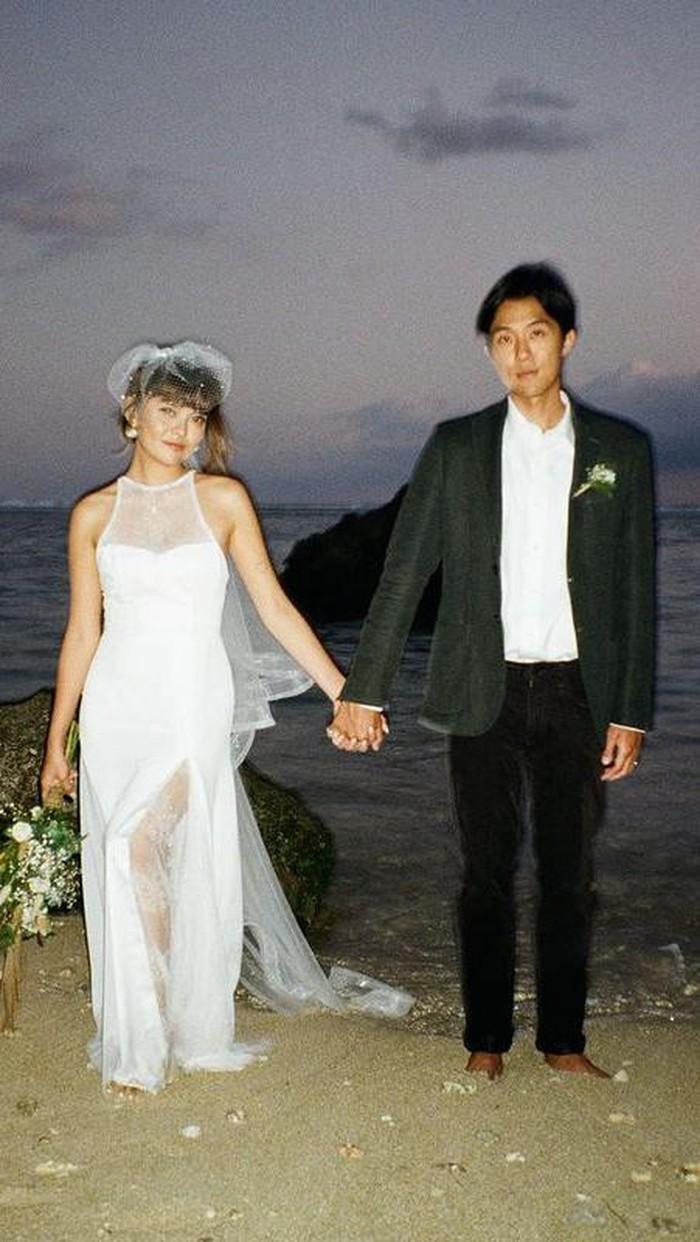 Sonia Eryka baru-baru ini resmi menikah dengan pujaan hati, Adi Ryuki pada tanggal 3 September 2021 lalu. Mantan penyanyi cilik ini melangsungkan pernikahan yang intim di Bali bersama dengan keluarga dan teman terdekatnya / foto: instagram.com/adiryuki