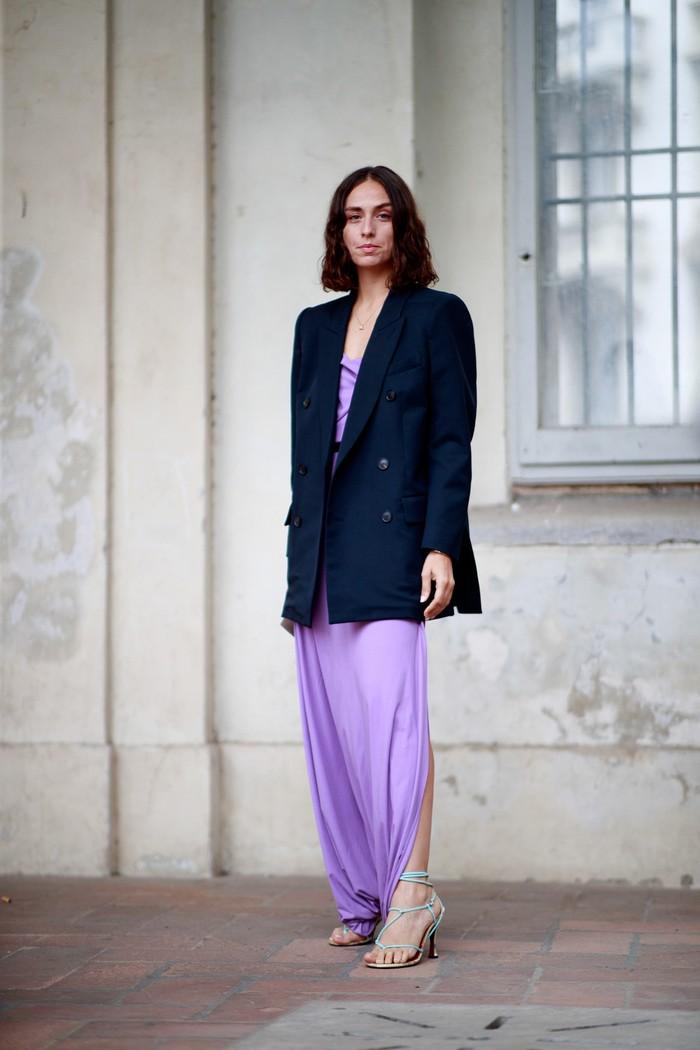 Nuansa elegan datang dari kombinsi blazer dengan dress warna lilac. Keep it simple dengan strappy heels. Foto: livingly.com/IMAXtree