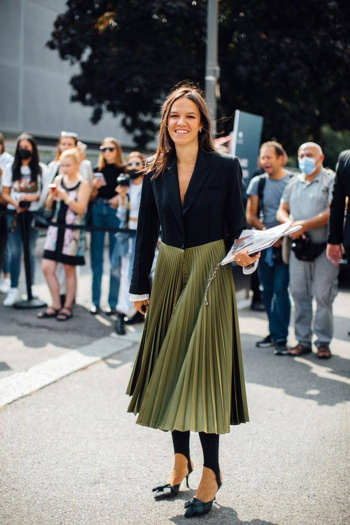 Ide baru untuk mengenakan mantel aksen lipit yakni dengan legging dan heels. Foto: livingly.com/IMAXtree
