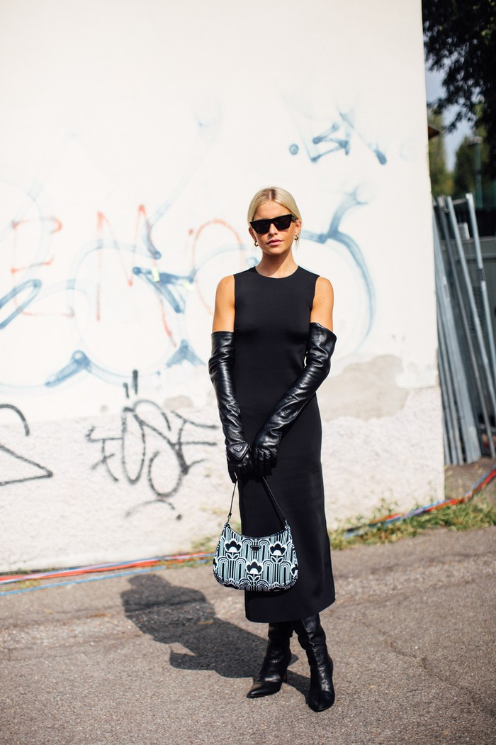 Sarung tangan kembali menjadi tren yang marak dikenakan oleh para tamu undangan Milan Fashion Week. Foto: livingly.com/IMAXtree