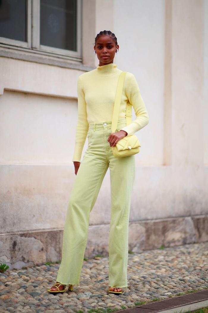Tampil head-to-toe dalam warna kuning lembut memang tricky, tip mudahnya agar tetap chic adalah minimalisir perhiasan. Foto: livingly.com/IMAXtree