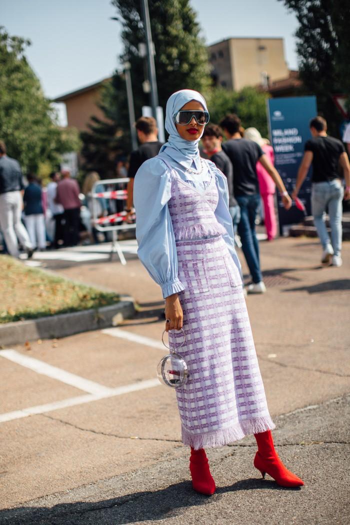 Beri statement pada tampilan romantis dari warna pastel dengan padanan sepatu boots warna merah menyala. Foto: livingly.com/IMAXtree