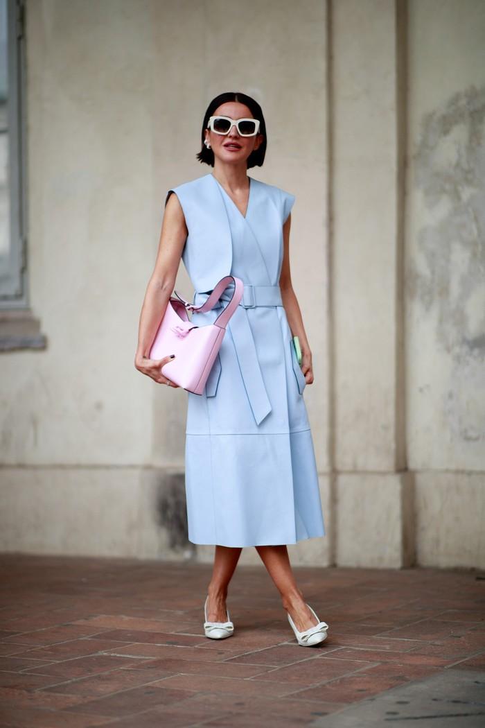 Impresi elegan dan playful datang dari padanan wrap dress dengan tas bucket warna blush. Foto: livingly.com/IMAXtree