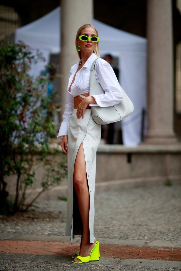 Aksi padanan warna tak biasa yakni putih dengan neon yang vibran. Detail slit pada rok memberi nuansa seductive dan edgy tersendiri. Foto: livingly.com/IMAXtree