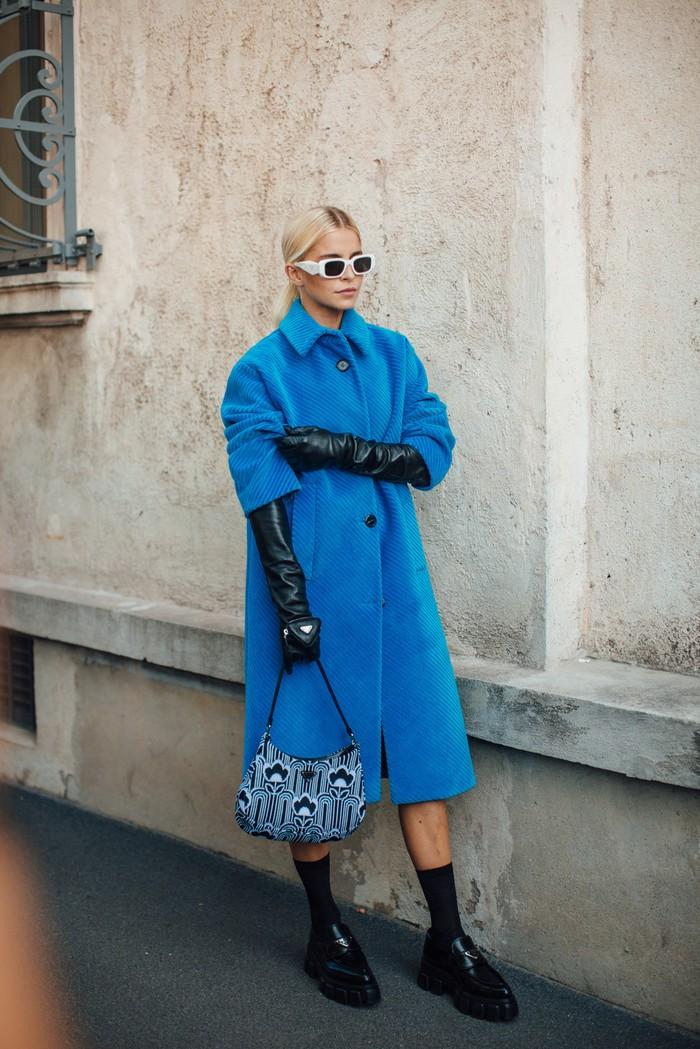 Nuansa vintage dari bahan corduroy dapat berubah playful ketika mengenakannya dalam warna biru dalam rupa coat. Foto: livingly.com/IMAXtree