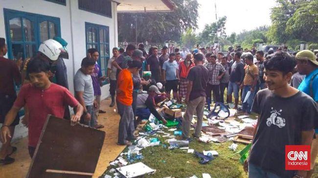 Para pedagang ikan merasa kesal dan marah atas kedatangan petugas vaksinasi di Aceh Barat Daya karena membuat dagangan mereka menjadi sepi pembeli.