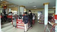 <p>Selain makanan yang sudah disediakan, di sini juga ada minimarket. Transaksinya menggunakan kartu khusus yang wajib dimiliki tiap siswa. (Foto: YouTube: TRANS7 OFFICIAL)</p>