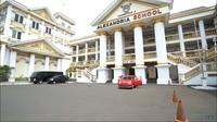 <p>Sekolah Islam yang berdiri di Bekasi ini bernama Alexandria Islamic School, Bunda. Belakangan sekolah ini viral karena kemegahan bangunannya. (Foto: YouTube: TRANS7 OFFICIAL)</p>