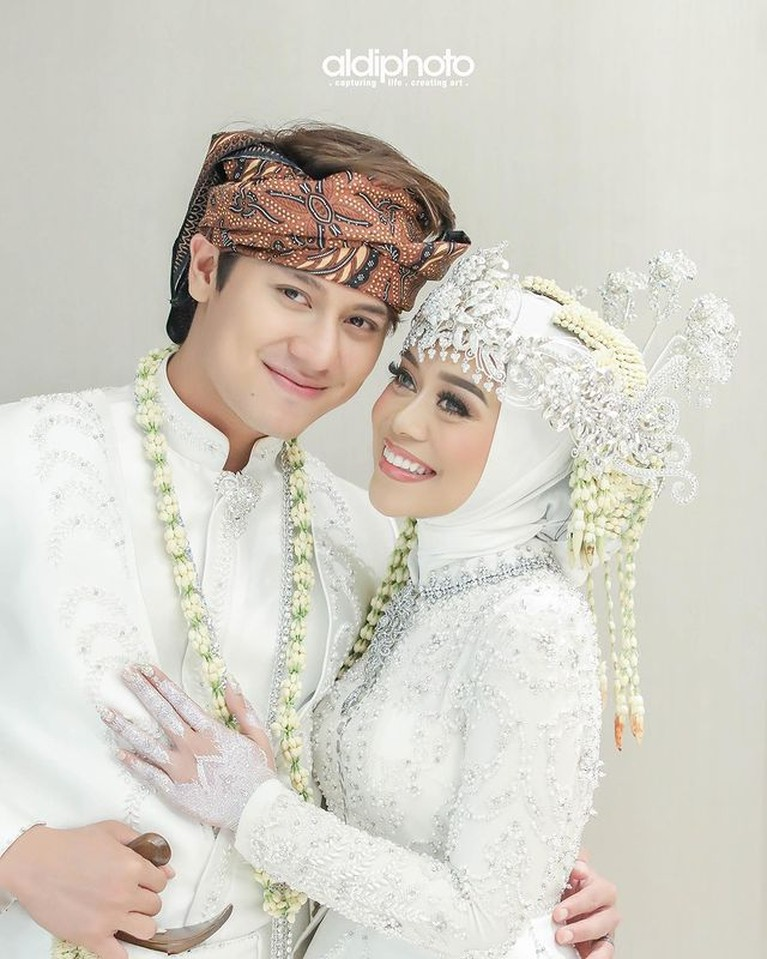 Beberapa pasangan artis memilih nikah siri sebelum nikah secara resmi negara. Yuk kita intip siapa saja!