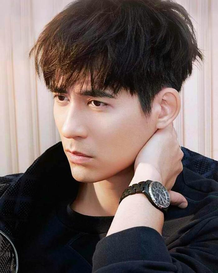 Jika kamu pecinta drama 'Meteor Garden', kamu pasti tidak asing dengan Vic Zhou yang memerankan Hua Ze Lei. Aktor tampan tersebut ternyata juga menjadi lawan main Dilraba di drama 'The Flame's Daughter' lho. /Foto: instagram.com/@chouvicc