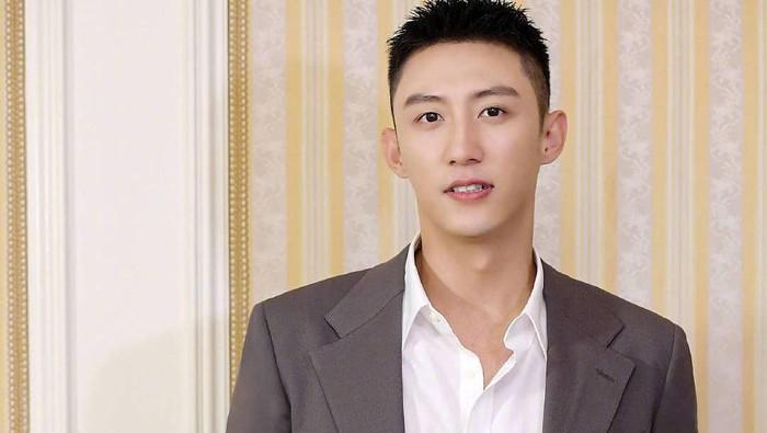 Johnny Huang berkesempatan untuk menjadi lawan main Dilraba dalam drama 'Love Designer'. Johnny Huang memang terkenal jago akting, ini dibuktikan dengan banyaknya peran yang dia mainkan pada berbagai judul film. /Foto: instagram.com/@huangjingyu_1130
