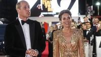 <p>Di karpet merah, Kate Middleton tampak elegan di sisi Pangeran William dengan gaun berwarna emas. Penampilan langka Kate membuat banyak pihak berspekulasi bahwa Kate sedang berusaha 'menyindir' Meghan Markle, Bunda.(Foto: AP/Photo)</p>