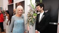 <p>Begitu pula dengan istri Pangeran Charles, Camilla, yang mengenakan gaun biru muda dengan manik-manik hampir di sekujur gaunnya. Ia terlihat antusias menyapa para aktor. (Foto: Instagram @clarencehouse)</p>