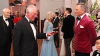<p>Dalam unggahan yang dibagikan, Pangeran Charles terlihat menghampiri satu per satu para bintang pemeran film <em>James Bond: No Time To Die</em>. Di foto ini, Charles terlihat akrab dengan Daniel Craig, pemeran James Bond. (Foto: Instagram @clarencehouse)</p>