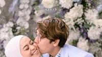 <p>Dalam salah satu tangkapan kamera, Rizky Billar mencium perut Lesti Kejora yang kian membesar. Iya, Bun, baby bump-nya sudah kelihatan, lho! (Foto: Instagram)</p>