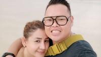 <p>Reza Bukan dan Serevina bertemu di Gereja Bethesda Salemba, Jakarta Pusat menjelang perayaan Natal tahun 2019 lalu. Reza saat itu masih berstatus tahanan akibat kasus narkoba. (Foto: Instagram @rezabukan)</p>