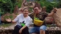 <p>Menikah dengan pendeta, Reza Bukan begitu bersyukur. Ia memuji istrinya sebagai sosok yang cerdas dan sebagai penopang hidupnya. (Foto: Instagram @rezabukan)</p>