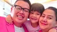 <p>Dari pernikahan sebelumnya, Reza Bukan dikaruniai dua anak, sementara Serevina dikaruniai satu anak. Di foto ini, Reza Bukan dan istri bersama dengan salah satu anaknya. (Foto: Instagram @rezabukan)</p>
