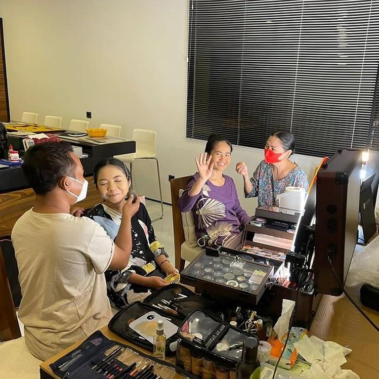 Asisten rumah tangga Titi DJ yang telah bekerja selama 36 tahun akan mantu anak pertama, Titi DJ pun mendadak menjadi MUA. Yuk intip!