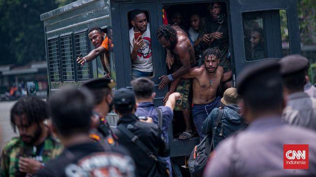 Kapolres Metro Jakarta Pusat Kombes Hengki Haryadi mengatakan pihaknya membubarkan demo mahasiswa Papua di depan Kedubes AS lantaran Jakarta masih PPKM Level 3.