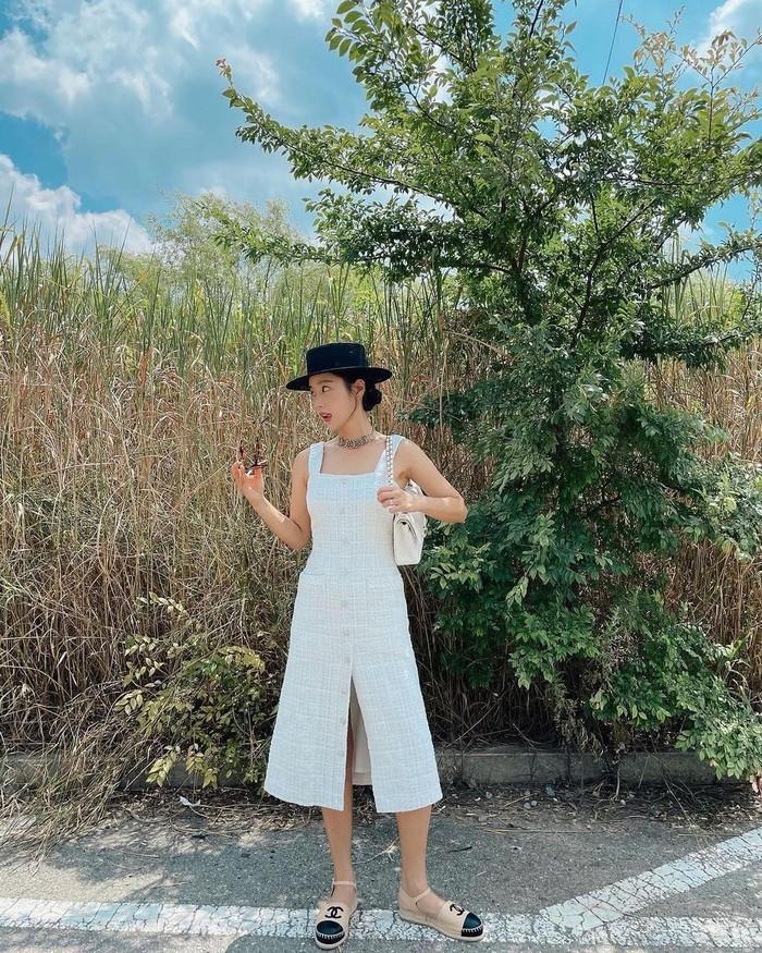 Aktris pemeran reporter Kim di drama Penthouse, Ki Eun Se tampil stylish di liburan musim panas mengenakan White Tweed Dress dari Blanc & Eclare. Sleveless dress ini memiliki harga USD326 atau Rp4,7 juta. /Foto: instagram.com/blancandeclare_official