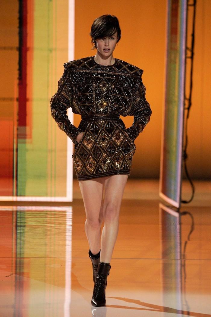 Model asal Inggris bergaya boyish, Edie Campbell membawa nuansa edgy pada busana Balmain yang glamor. Foto: Alessandro Lucioni/Go Runway/Vogue