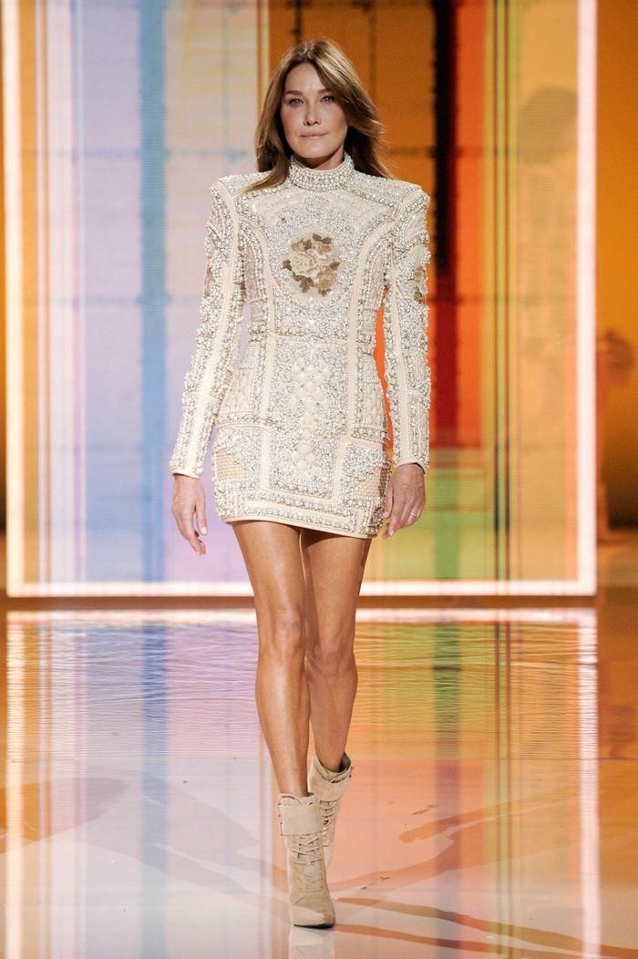Supermodel era 90an dan mantan Ibu Negara Prancis, Carla Bruni-Sarkozy turut tampil di fashion show Balmain spring/summer 2022. Foto: Alessandro Lucioni/Go Runway/Vogue