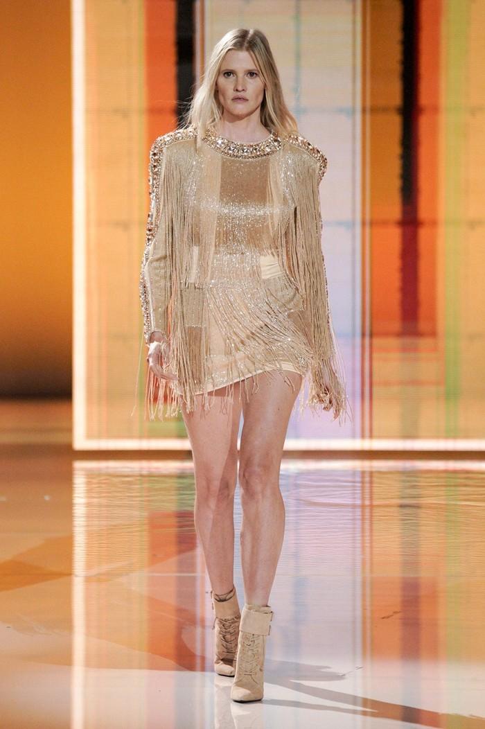 Peragaan koleksi terbaru Balmain ini juga turut menandai kembalinya supermodel asal Inggris Lara Stone di runway. Foto: Alessandro Lucioni/Go Runway/Vogue