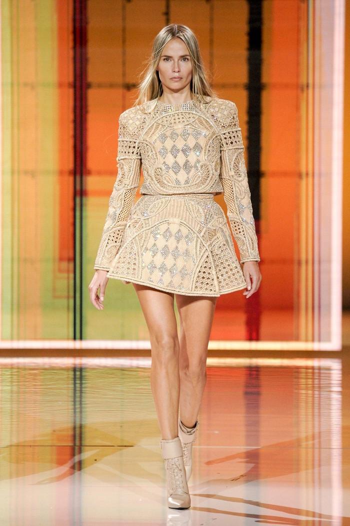 Supermodel asal Rusia lainnya, Natasha Poly kembali tampil di fashion show Balmain mengenakan dress motif checkboard. Foto: Alessandro Lucioni/Go Runway/Vogue