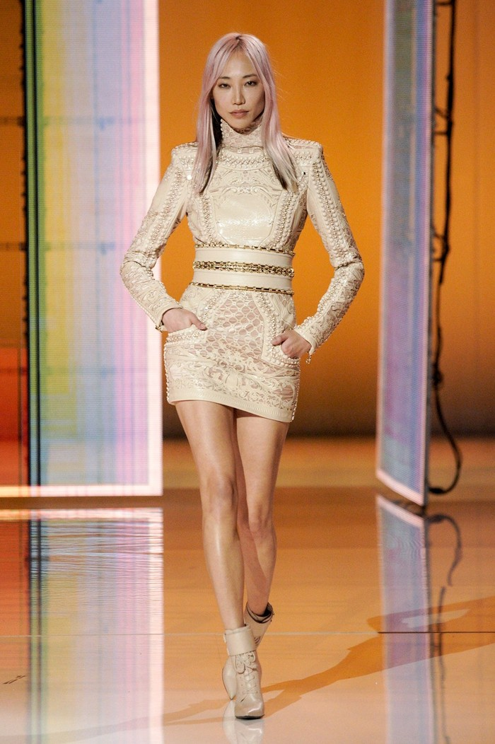 Lumayan lama tidak terlihat di panggung catwalk, Soo Joo Park membuat kejutan dengan berpartisipasi di fashion show Balmain. Foto: Alessandro Lucioni/Go Runway/Vogue