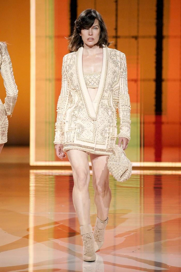 Kejutan lain adalah kembalinya model sekaligus aktris Milla Jovovich yang kembali beraksi di catwalk, khusus untuk fashion show koleksi terbaru Balmain ini. Foto: Alessandro Lucioni/Go Runway/Vogue