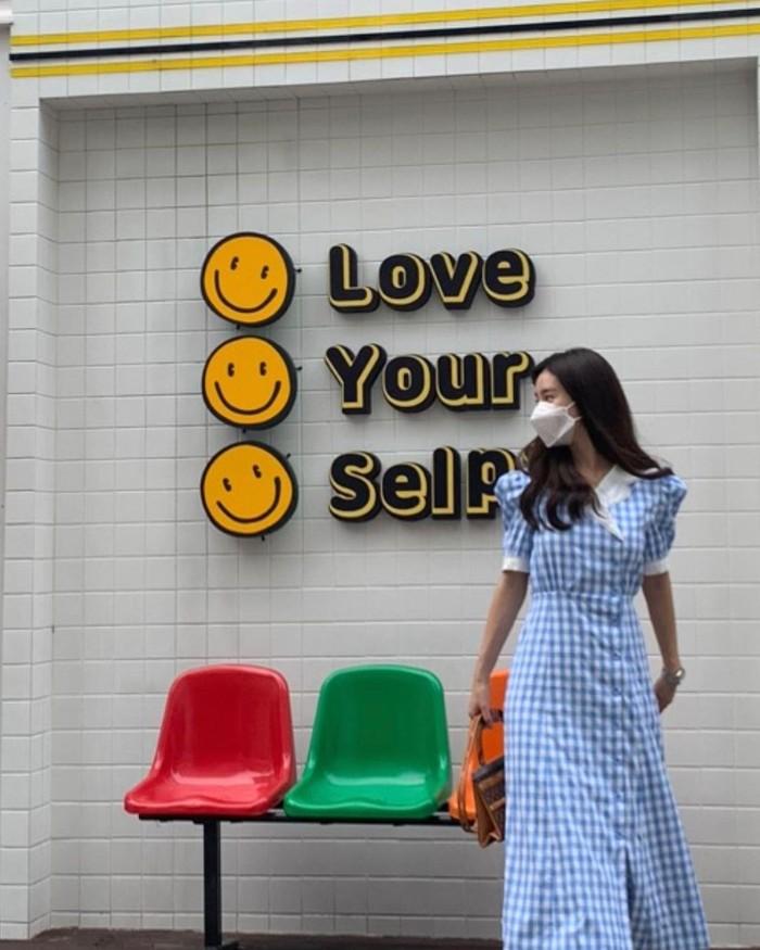 Penampilan aktris pemain drama Boys Before Flowers, Kim So Eun yang satu ini tampak manis dalam balutan Kakadu Gingham Check Dress koleksi Blanc & Eclare. Outfit bergaya vintage ini memiliki harga USD345 atau Rp4,9 juta. /Foto: instagram.com/socun89