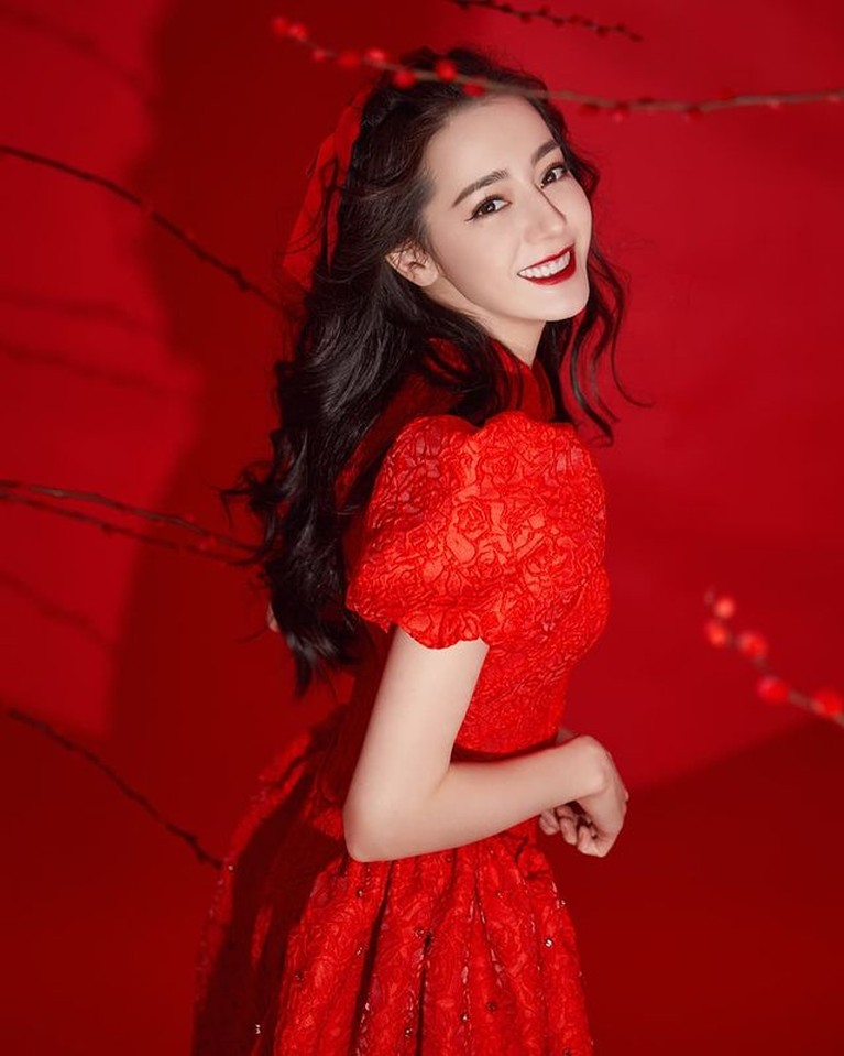 Dilraba Dilmurat wanita tercantik di Asia pada tahun 2017 dan 2018 dan masuk dalam daftar artis bayaran termahal di China. Yuk intip!