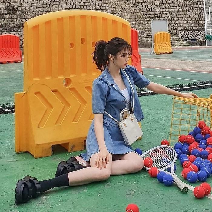 Dalam pemotretan bersama Joy Gryson, Han So Hee kedapatan mengenakan setelan jaket dan rok denim dari Blanc & Eclare. Kedua item tersebut dibanderol seharga USD190 atau Rp2,7 juta dan USD124 atau Rp1,8 juta. /Foto: instagram.com/blancandeclare_official