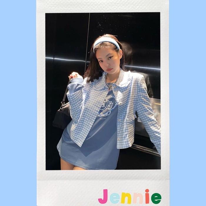 Diketahui bersahabat dengan Jessica Jung, Jennie beberapa kali terlihat mengenakan fashion item dari Blanc and Eclare. Salah satunya saat ia tampil mengenakan Freesia Jacket ini. /Foto: instagram.com_blancandeclare_official