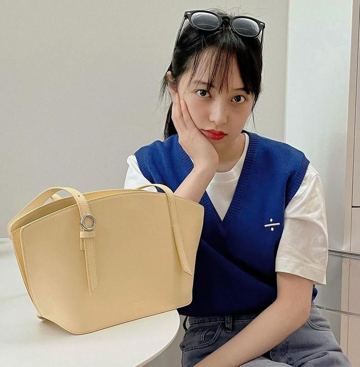 Sementara aktris Kim Bo-ra memilih tampil lebih simpel dengan mengenakan knit vest Blanc and Eclare seharga USD165 atau Rp2,4 juta, yang kemudian dipadukan bersama t-shirt putih dan celana jeans kasual. /Foto: instagram_blancandeclare_official