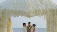 <p>Julie Estelle dan sang suami, David Tjiptobiantoro resmi menikah pada 25 Februari 2021 di Maldives. (Foto: Instagram @julstelle)</p>