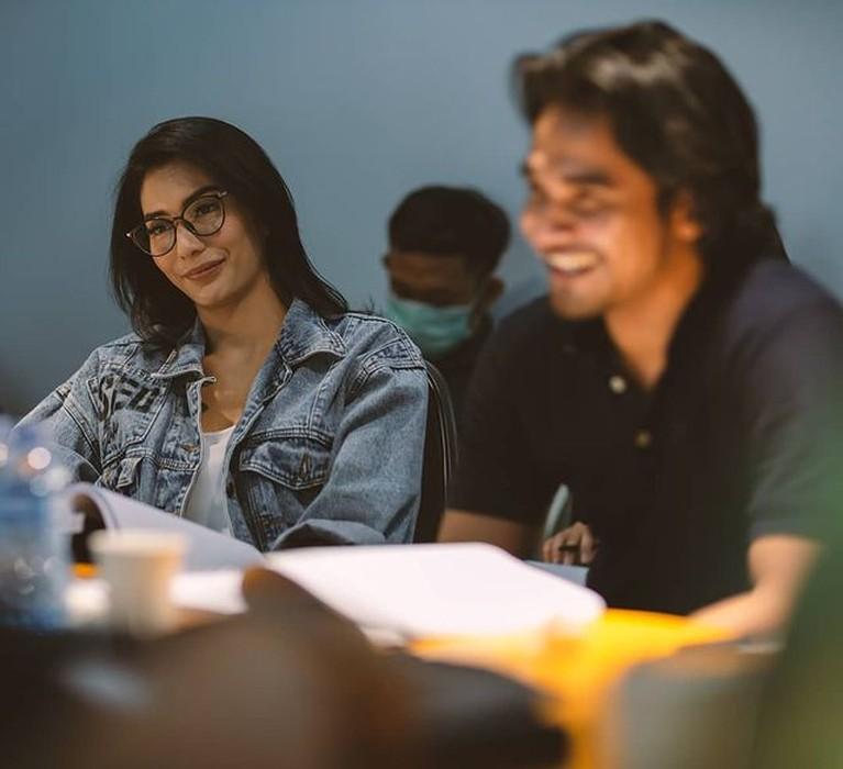 Tyas Mirasih diisukan berselingkuh dan terlibat cinta lokasi dengan Tengku Tezi. Yuk intip potret kebersamaan mereka di lokasi syuting!